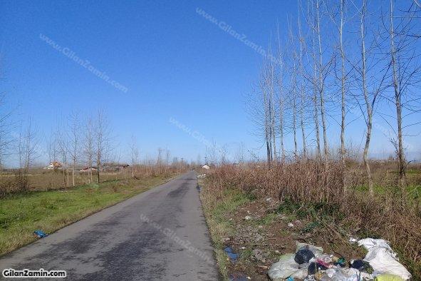 زمین بر جاده اصلی
