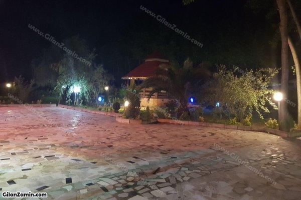 حیاط ویلا در شب