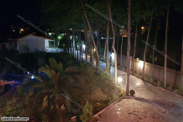محوطه ویلا در شب
